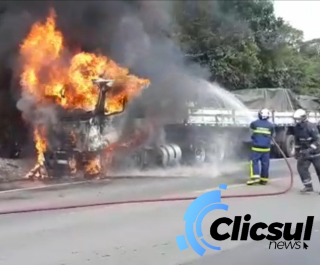 Caminhão pega fogo na BR 476 em São Mateus do Sul