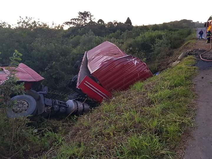 PRF atende tombamento na BR 153 em Irati