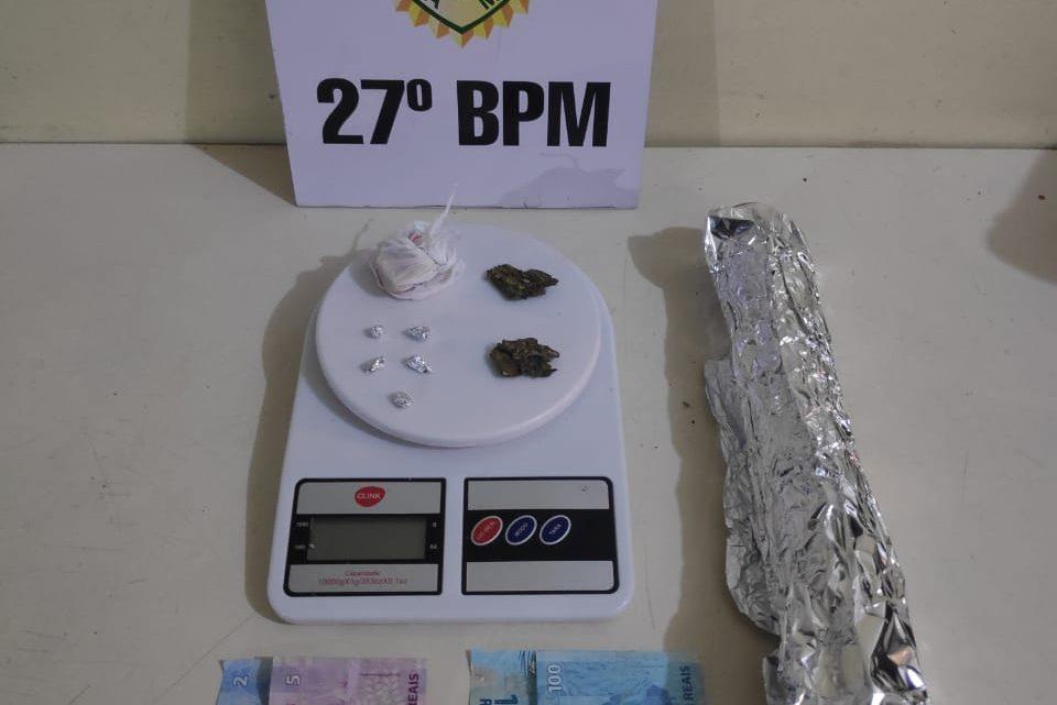 Policia Militar apreende drogas e encaminha dois rapazes e uma mulher para Delegacia
