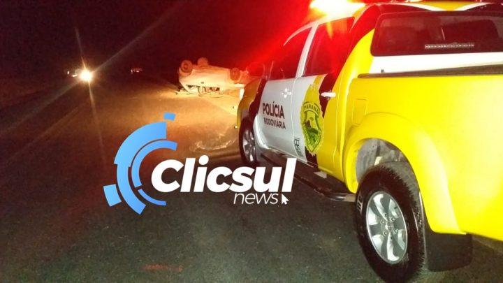 Dois rapazes ficam feridos em capotamento na PR 151