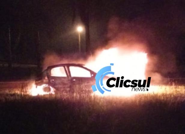 Durante patrulhamentos na Rodovia do Xisto PRF aborda veiculo com irregularidades e condutor embriagado bota fogo no carro