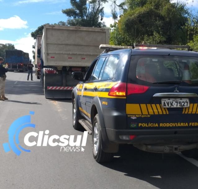 Motorista de veículo fica preso nas ferragens em acidente com 3 caminhões