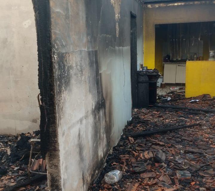 Bombeiros combatem incêndio em residência e vizinhos pedem ajuda para a comunidade