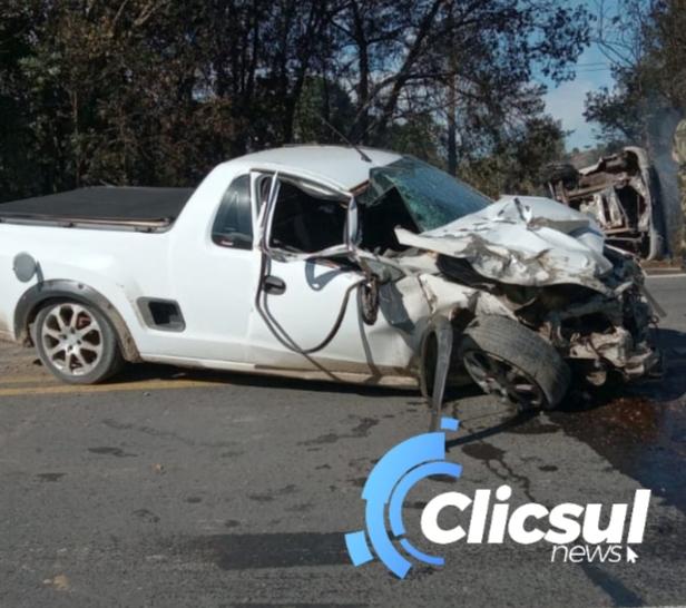 Caminhão pega fogo em acidente com veículo  na BR 476 na Lapa