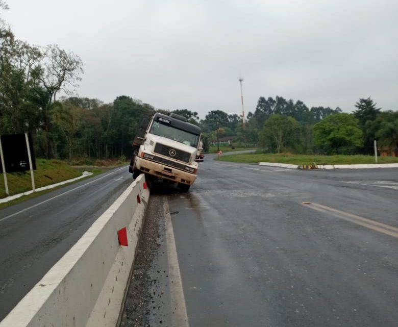 Mais um acidente na mureta do trevo de Paulo Frontin na BR 476