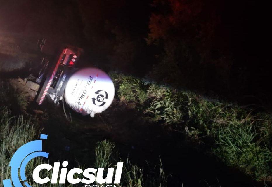 PRE atende tombamento de caminhão na PR 151