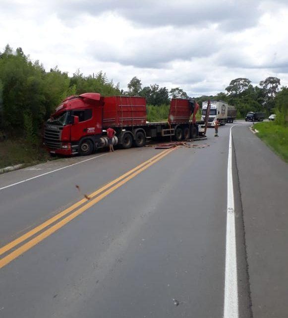 Caminhoneiro fica ferido após carreta sair fora da pista na BR 476
