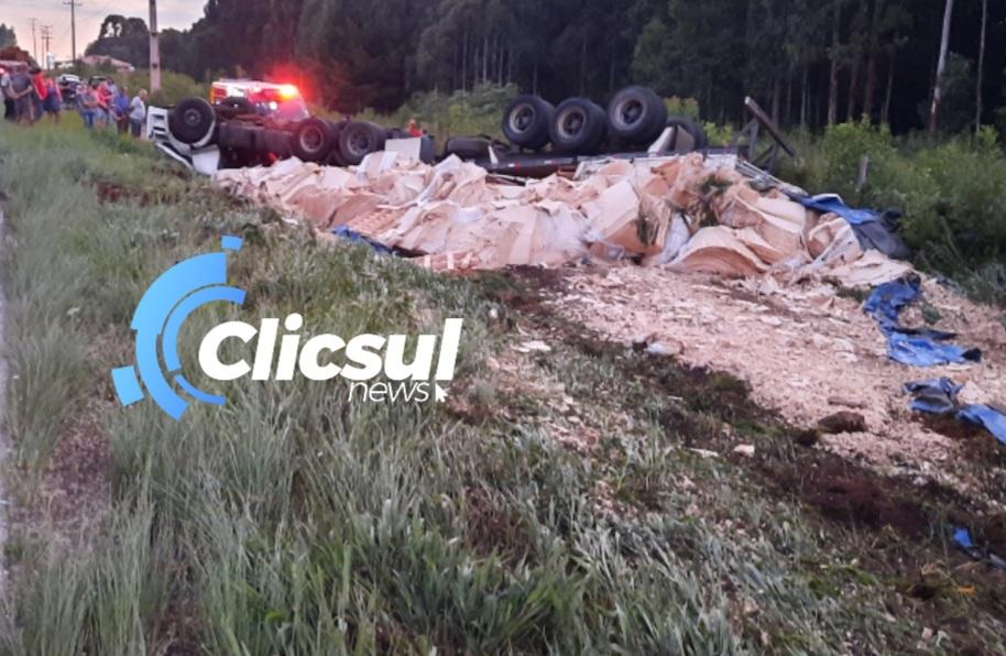 Motorista fica preso nas ferragens em tombamento na PR 151 em São Mateus do Sul