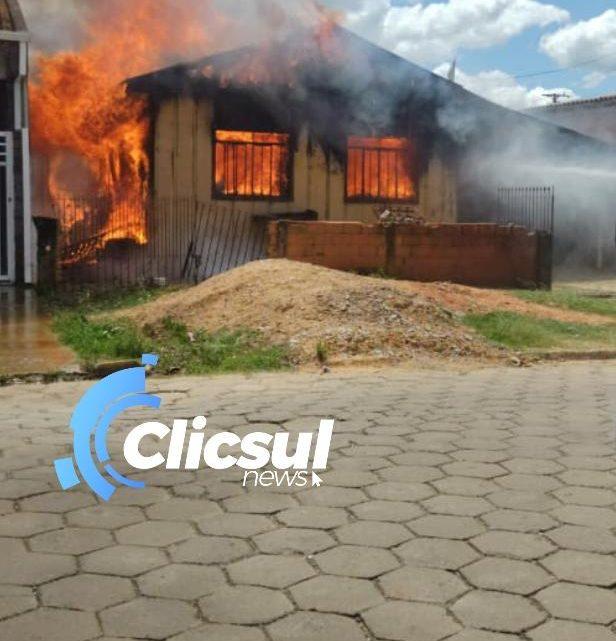 Corpo de Bombeiros é acionado para combater incêndio em residência na Vila Amaral