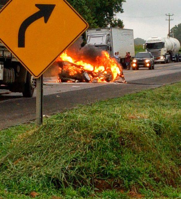 Motorista morre carbonizado em acidente na BR 476