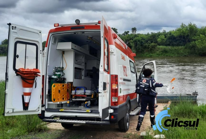 Samu atende ocorrência na beira do rio Iguaçu na Vila Amaral