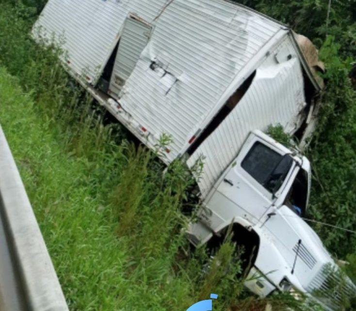 Motorista fica ferido em acidente com caminhão na BR 153