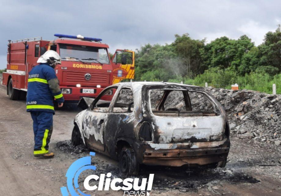 Veiculo pega fogo próximo ao túnel da Petrobras em São Mateus do Sul