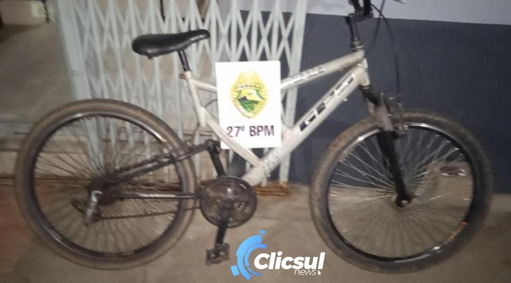 ROTAM prende rapaz que tentou arremessar celulares e drogas na delegacia e ainda recupera bicicleta furtada