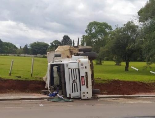 Caminhão tomba e danifica cerca do Campo do Exército, em Três Barras