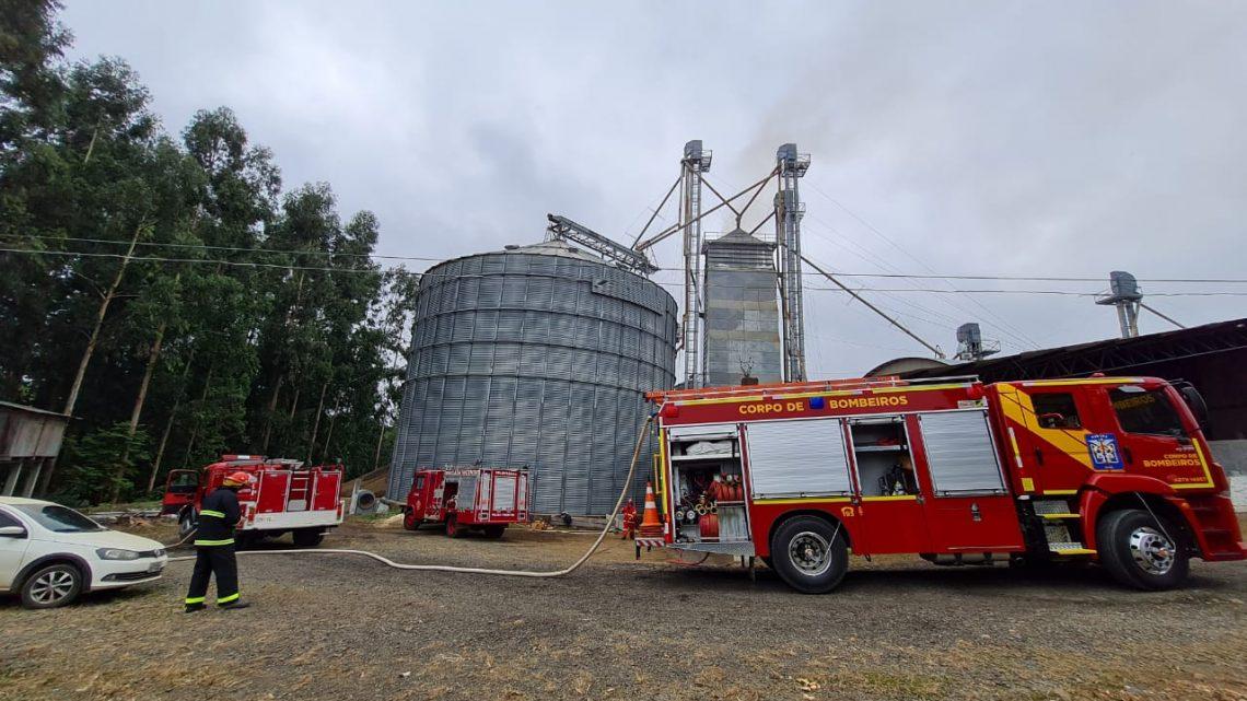 Bombeiros de São Mateus e Brigada de incêndio de Paulo Frontin combatem Incêndio em Cerealista na BR 476