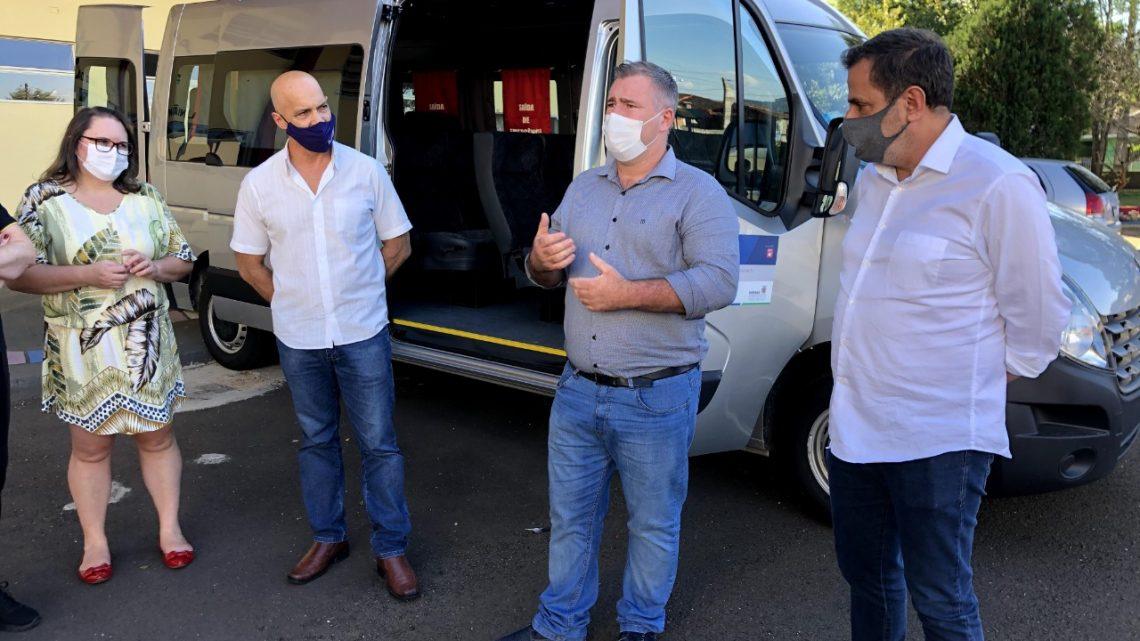 Emerson Bacil se reúne com lideranças em União da Vitória e entrega Van 0 km para APAE