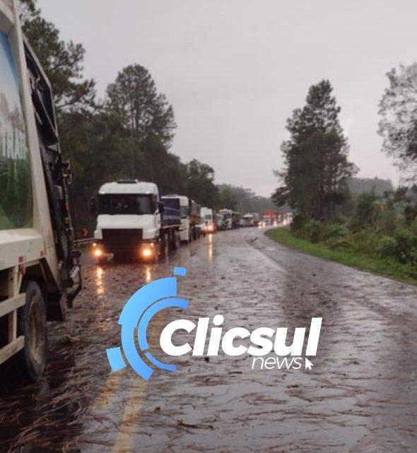 Rodovia do Xisto entre São Mateus e União da Vitória ficou parcialmente interditada na tarde desta sexta feira