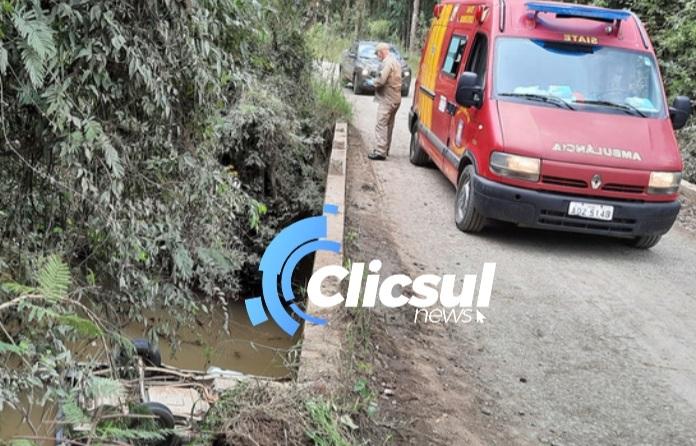 Veiculo cai dentro de Rio no Interior de São Mateus do Sul