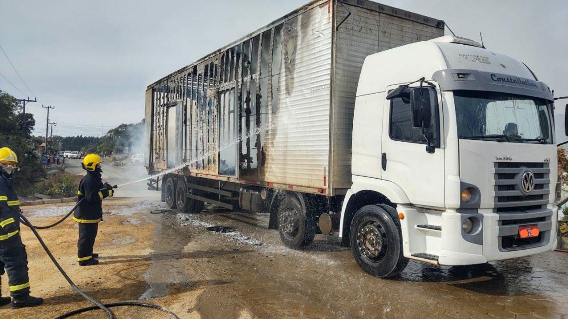 Caminhão carregado de Urnas Funerárias pega fogo em Papanduva