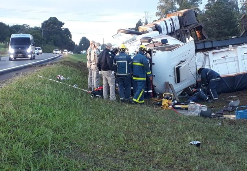 Caminhão de São Mateus do Sul tomba e motorista é resgatado pelo teto solar da cabine