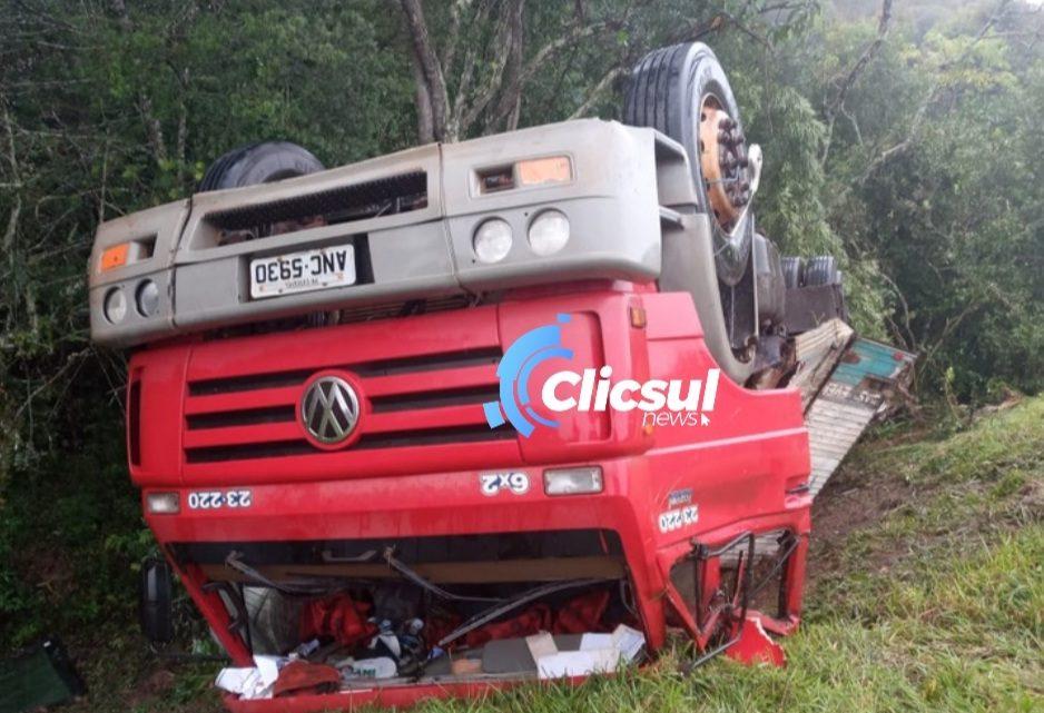 Caminhão tomba na PR 427 região da Lapa