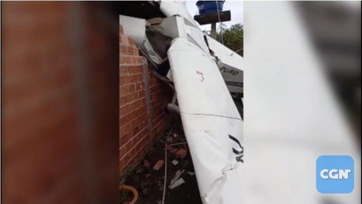 Avião monomotor cai no quintal de casa e piloto fica ferido na Grande Curitiba