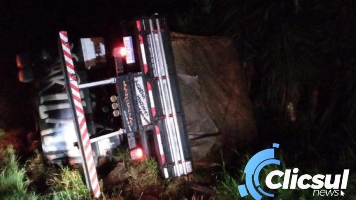 Caminhão tomba na BR 476 na madrugada desta segunda feira