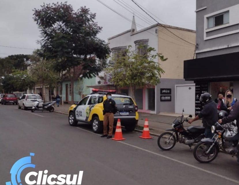 PM e Secretaria de Obras realizam fiscalização e orientação a profissionais que atuam com carros e motos de propagandas em São Mateus do Sul