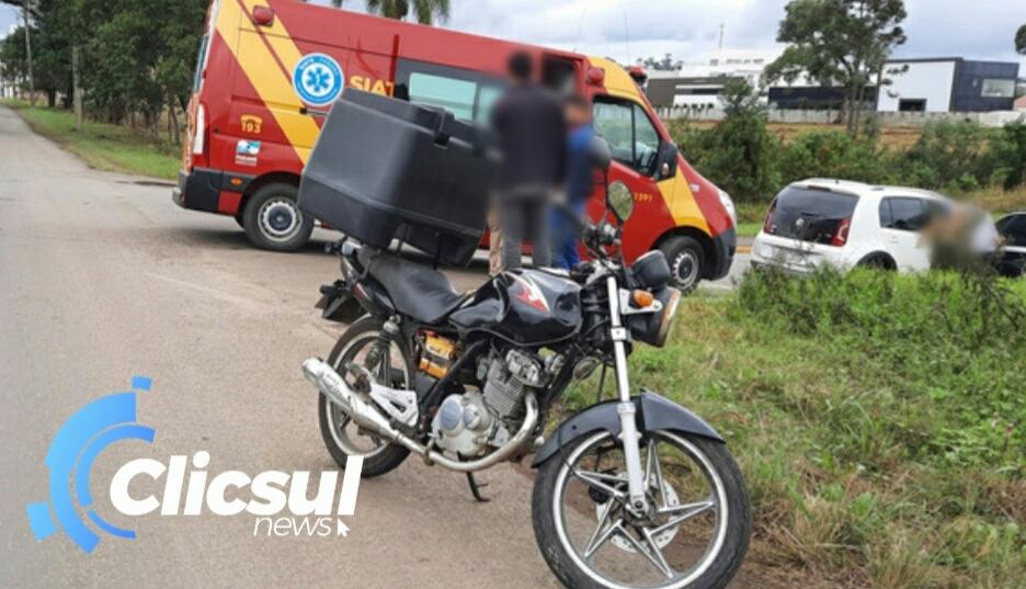 Bombeiros e PM atendem acidente envolvendo moto e carro na rua Dona Estefânia