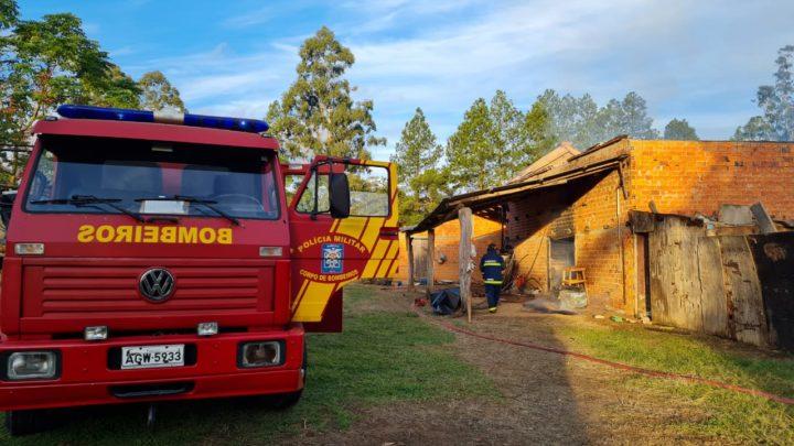 Bombeiros combatem Incêndio em galpão de secagem de erva Mate