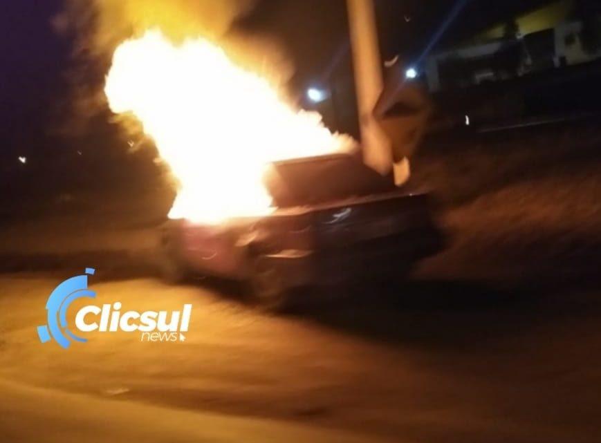 Veículo pega fogo em São Mateus do Sul após colidir em dois carros e fugir