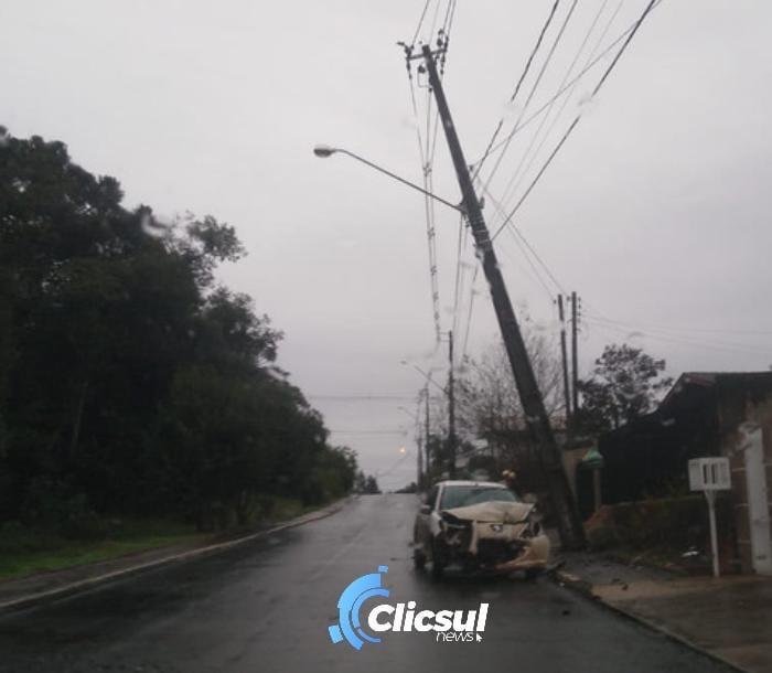 Veículo colide contra poste na Vila Nepomuceno