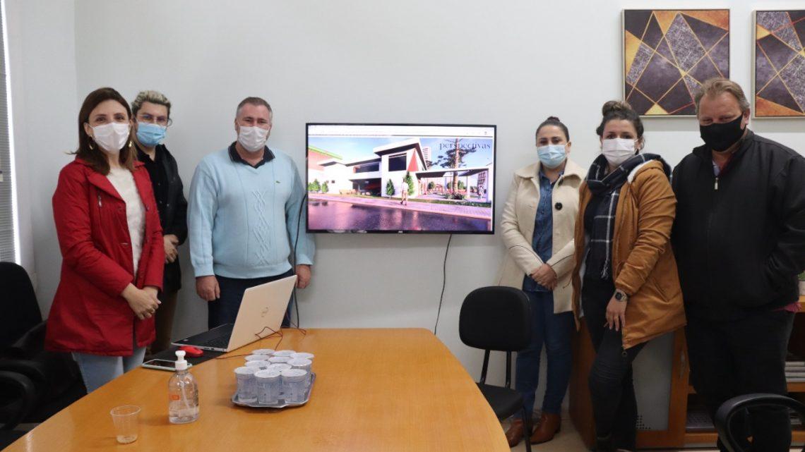 Bacil apresenta projeto de biblioteca para prefeita e vice, em São Mateus do Sul