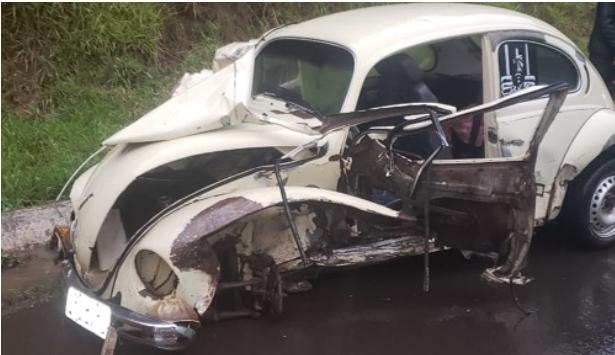 Fusca fica destruído em acidente na BR-153 em General Carneiro