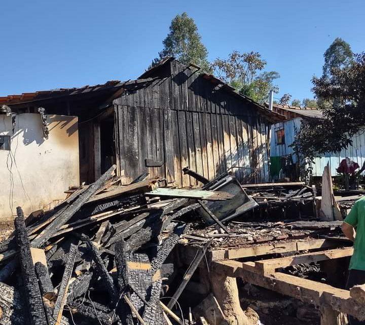 Incêndio destrói casa no bairro São Pedro na cidade de Mallet