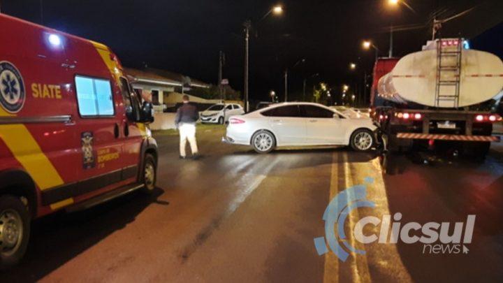 Veiculo colide com carreta ao atravessar preferencial em São Mateus do Sul