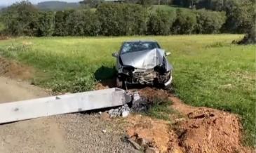 Carro que seguia sentido São Mateus do Sul se envolve em grave acidente