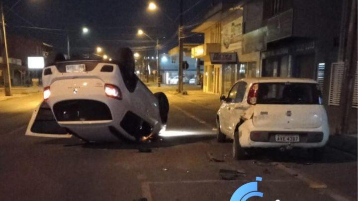 Condutor de veículo foge após bater em carro parado e tombar na Ulisses Farias em São Mateus do Sul
